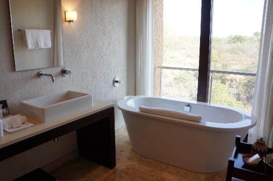Kapama River Lodge: Deep soaker tub with bath salts too! a view to nothing...