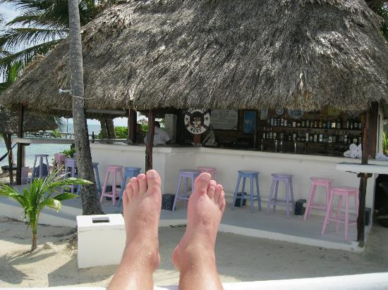 Mata Rocks Resort: Relaxing by the pool.