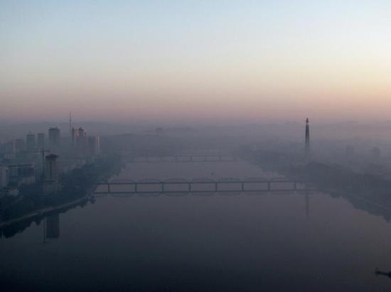 Yanggakdo Hotel: Our last hazy sunrise view from the hotel. Pyongyang