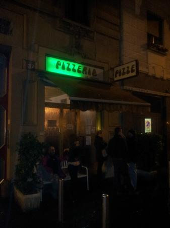 Pizzeria da Geppo: Outside at 9p.m. in the rain and wind... note the queue!