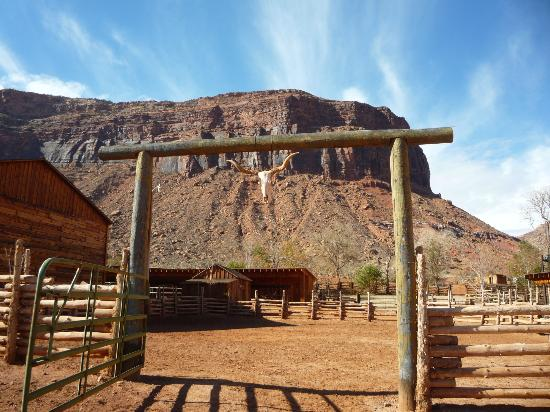 Red Cliffs Lodge: Corral Entrance