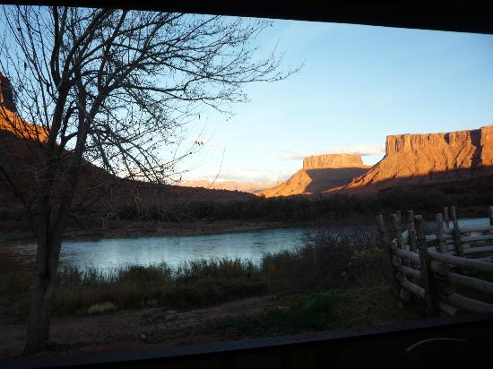 Red Cliffs Lodge: Sunset view from my King River Suite