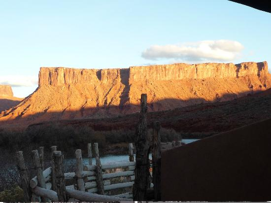 Red Cliffs Lodge: Sunset zoom view from my King River Suite