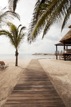 Champoton, Mexiko: Walking out to the beach