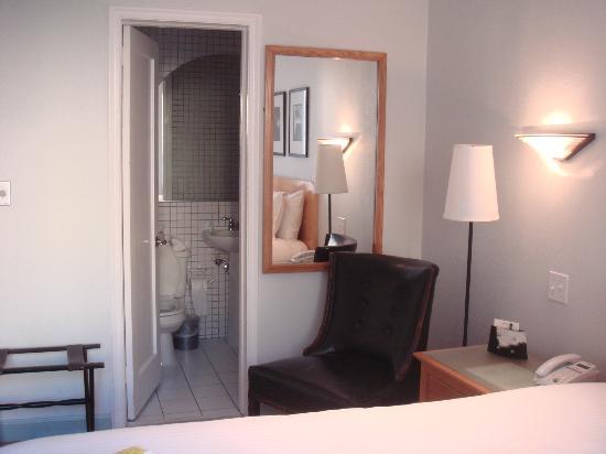 Cadet Hotel: Room and bathroom 