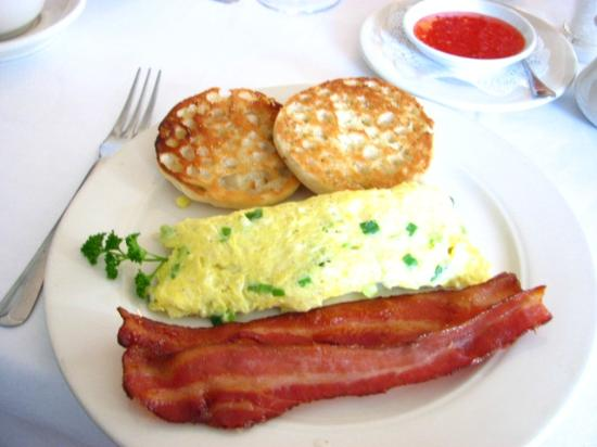 River House Country Inn: Breakfast - with the best bacon strips