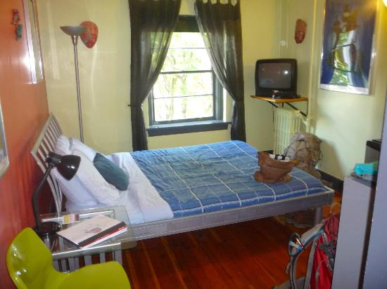 Ocean Island Inn / Backpackers / Suites: Private Double Bedroom