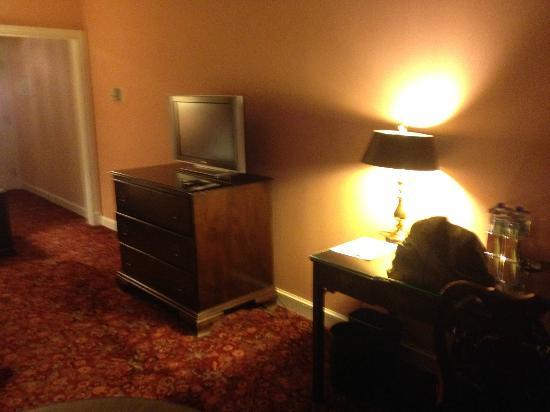 Royal Sonesta Harbor Court Baltimore: The TV and desk