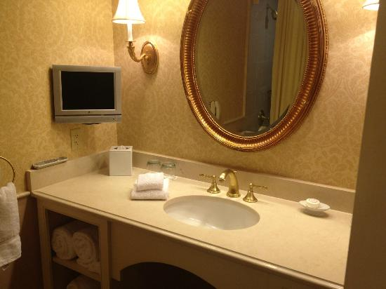 Royal Sonesta Harbor Court Baltimore: Bathroom fixtures and TV