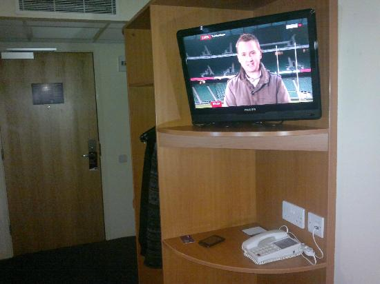 Premier Inn Chester City Centre Hotel: Decent-sized TV, with remote control