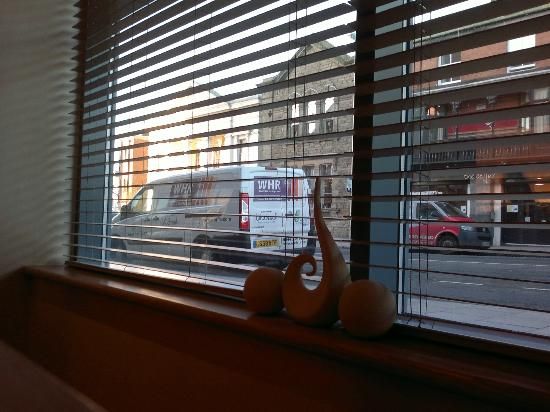 Premier Inn Chester City Centre Hotel: View from breakfast restaurant onto City Road