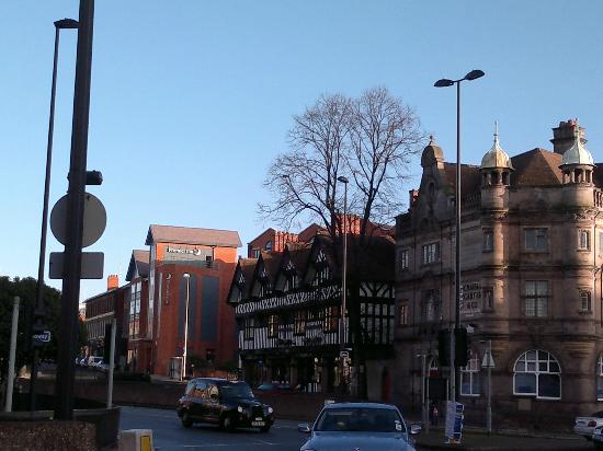 Premier Inn Chester City Centre Hotel: View from Foregate Street/City Road roundabout and car space + front entrance