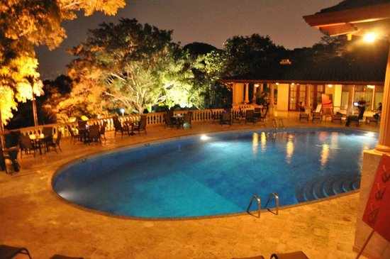 Ringle Resort Hotel & Spa: Pool deck at night