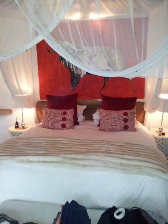 Pondoro Game Lodge: Cama super comoda
