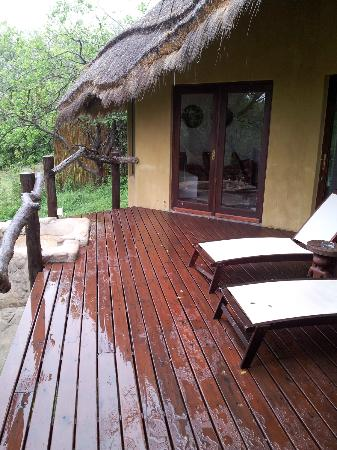 ‪‪Pondoro Game Lodge‬: Deck de la habitacion‬