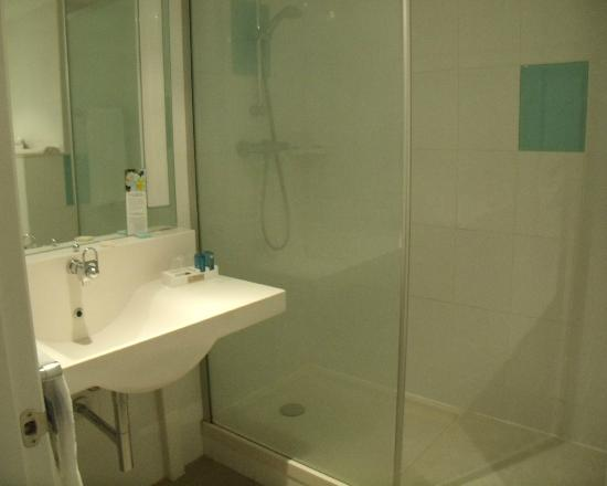 Novotel Madrid Campo de las Naciones: Compact but clean and efficient bathroom