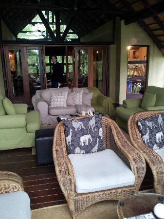 Pondoro Game Lodge: Linda vista del río desde estos sillones