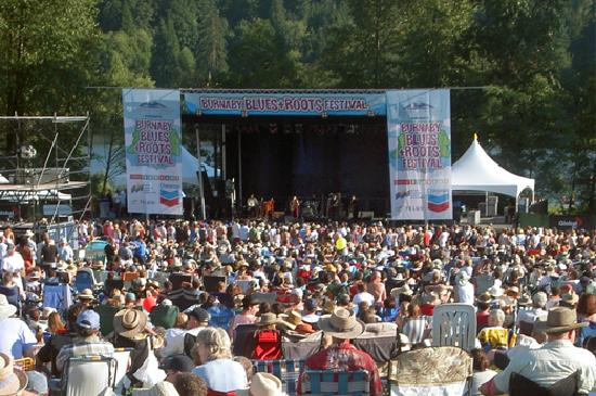 Burnaby, แคนาดา: Deer Lake Park's natural amphitheatre is the perfect setting for an outdoor concert.