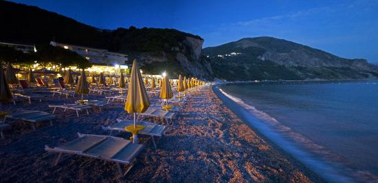 Hotel Poseidon: hotel beach at early night