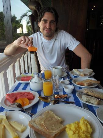 St. Lucia Wetlands Guesthouse: Adri, desayunando