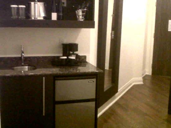 Sterling Inn & Spa: Room 105-wet bar/fridge/coffee maker