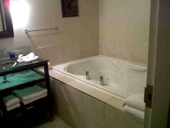 Sterling Inn & Spa: Room 105-jacuzzi tub for 2!