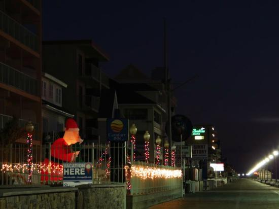 Comfort Inn Boardwalk: Shot of the Comfort Inn on the boardwalk with their Xmas lights