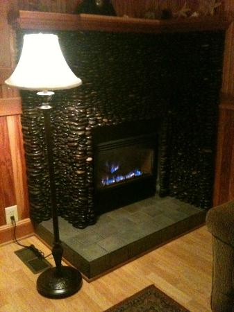 Whistling Winds Motel: Oceans 11 - Cozy Fireplace