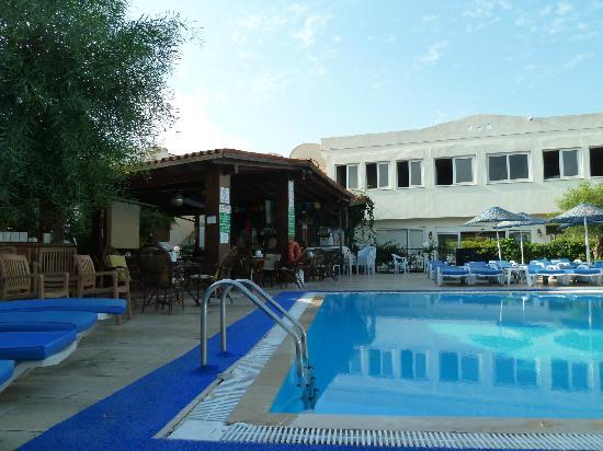 Summer Garden Apart Hotel: Hotel pool bar area