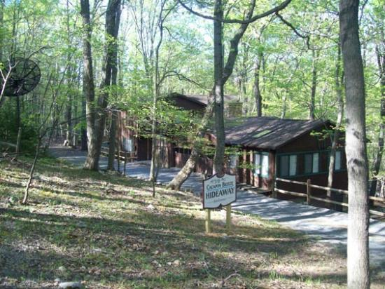 Berkeley Springs Cottage Rentals: Entrance Cabin view