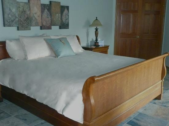 Enliven Chemical-Free Bed and Breakfast: Suite Mama Blue's king sleigh bed.