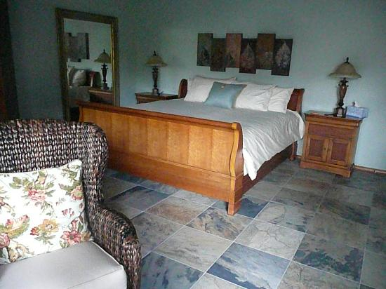 Enliven Chemical-Free Bed and Breakfast: The king size bed in Suite Mama Blue (and the All Together Suite)