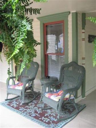Heart of the Hills Inn & Cottage: Porch