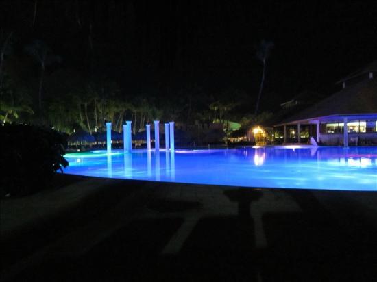 Grand Palladium Punta Cana Resort & Spa: Pool at night
