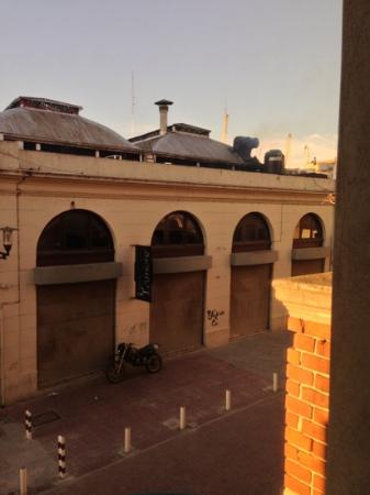 Don  Boutique Hotel: Taken from the first floor. This is the market just opposite with the best Empanadas in town.