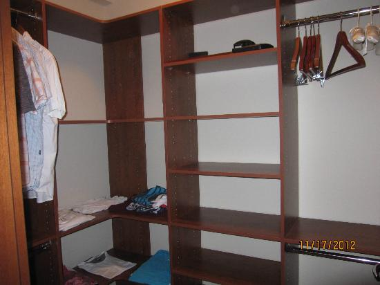 Blue Haven Resort: walk in closet
