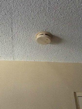 Rodeway Inn Valdosta: Dislodged & beeping smoke detector