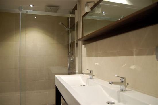 The Strand Curacao: Master Bathroom