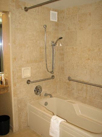 Horseshoe Tunica: Handicapped Accessible tub/shower, Room 1314 I think it was