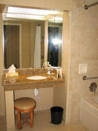 Horseshoe Casino and Hotel : Handicapped Accessible bath, Room 1314 I think it was