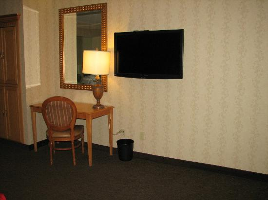 Horseshoe Tunica: Handicapped Accessible King, large empty wall space providing plenty of room to park & charge EC