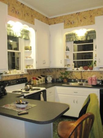 University House of Newberg : Charming, fully loaded kitchen