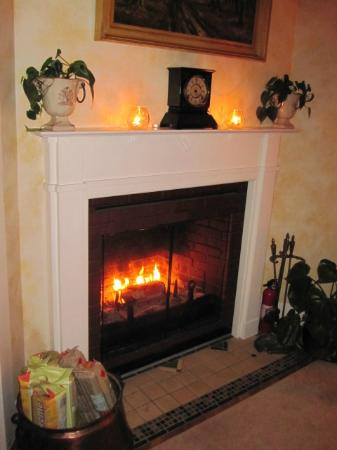University House of Newberg: Beautiful, cozy fireplace with candles always burning :)