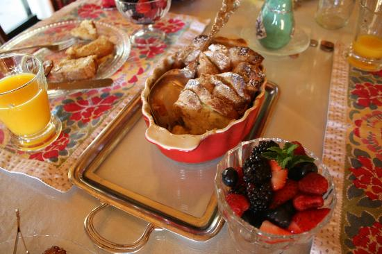 The Creekside Bed & Breakfast: Delicious homemade french toast with berries