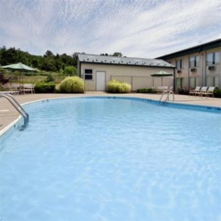 Sunshine Lodge: Kings Inn -Suites Williamstown Wvpool