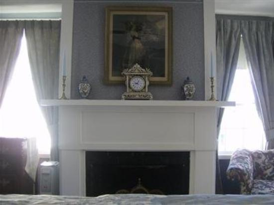 Holiday Guest House Bed & Breakfast: Littlefield Room Fireplace