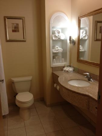 Holiday Inn Express Absecon - Atlantic City Area: Large spaced bathroom with clean towels
