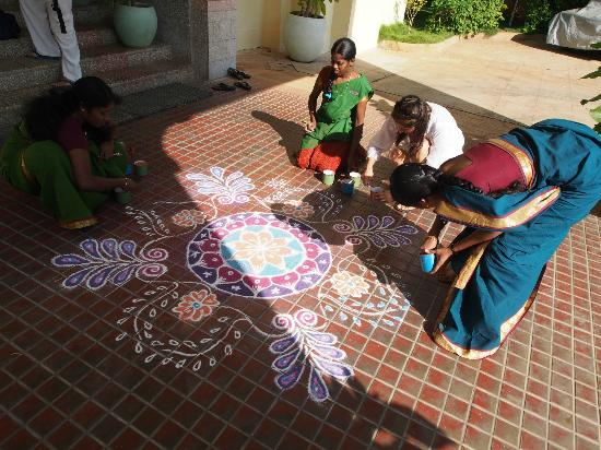 ‪‪Visalam‬: Claudia drawing a Mandala with the staff