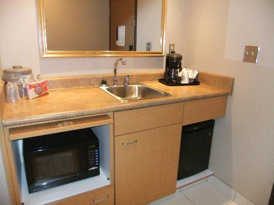 Humphry Inn & Suites: Kitchenette area at entrance of room