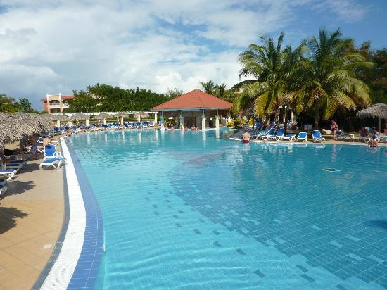 Memories Varadero Beach Resort: Quiet pool with swim up bar